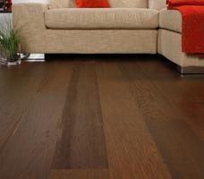Aranżacje salonu – ciemna podłoga drewniana i jasne ściany
