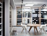 Drzwi przesuwne i systemy zabudowy wnetrz showroom marki Raumplus-07MCM