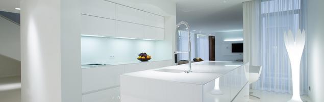 Jak urządzić nowoczesną i minimalistyczną białą kuchnię w stylu skandynawskim?