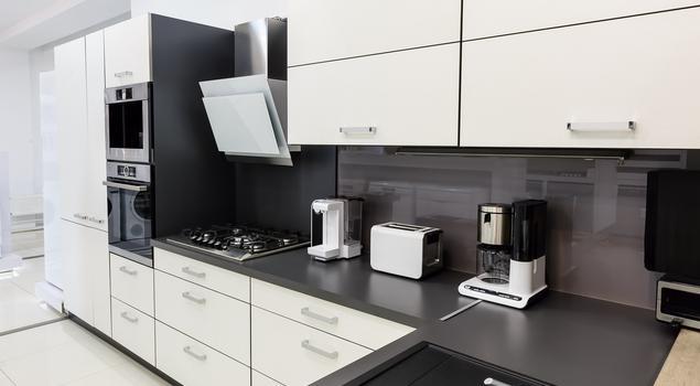 Bia o czarna kuchnia nowoczesne wyposa enie kuchni for Cuisine 8m2 en u
