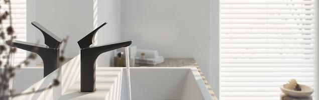 Nowoczesne baterie łazienkowe – stylowy duet czerni i srebra
