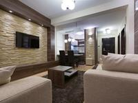 Salon z cegłą na ścianie – klasyczna aranżacja