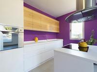 Fioletowa kuchnia. Aranżacja kuchni z białymi meblami