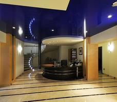 Architektura wnętrza: sufit napinany w recepcji